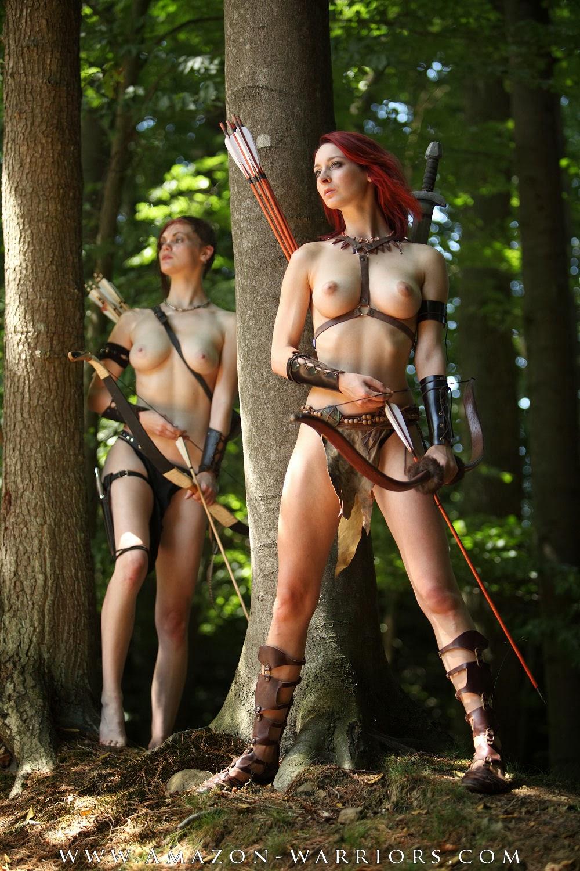 deus jeunes femmes seins nus evoquant des amazones arc en main