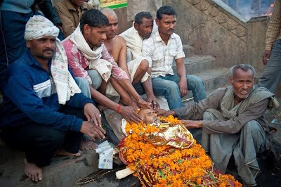 tradisi unik bakar mayat orang meninggal