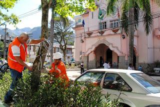 Equipes instalam microlâmpadas no canteiro central da Avenida Feliciano Sodré, em frente a Prefeitura