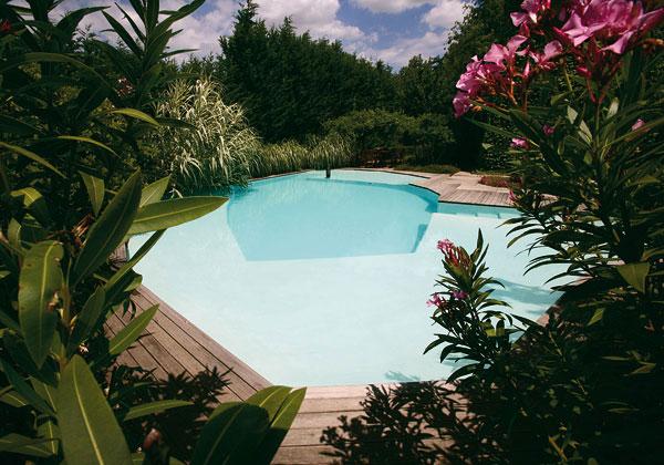 fotos jardins piscinas:Enmarcada por un hermoso jardín esta piscina se caracteriza por dos