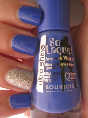 Bourjois-It's-Raining-Stars-Bleu-Fabuleux-swatch-glitter-blue-silver