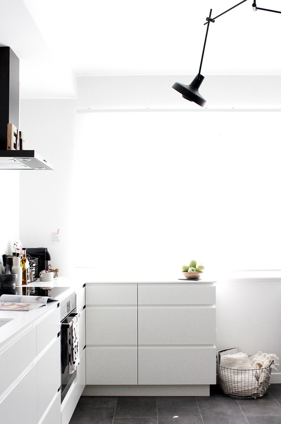 Cozy b&w kitchen by Ivelina of Frichic