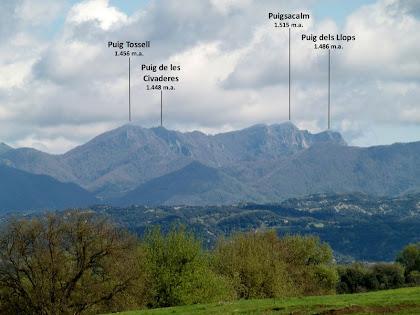 El Puigsacalm i muntanyes veïnes vista després de Can Serrabou