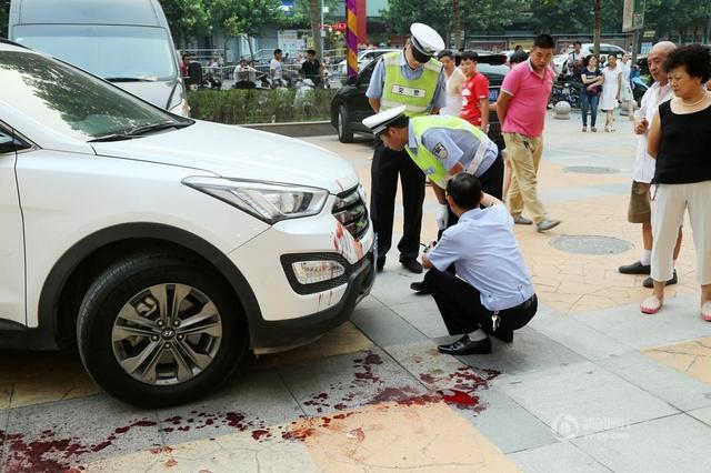 NGERI!!!Seorang Perempuan Sibuk Bermain Telefon,Anak MAUT Dilanggar Kereta.