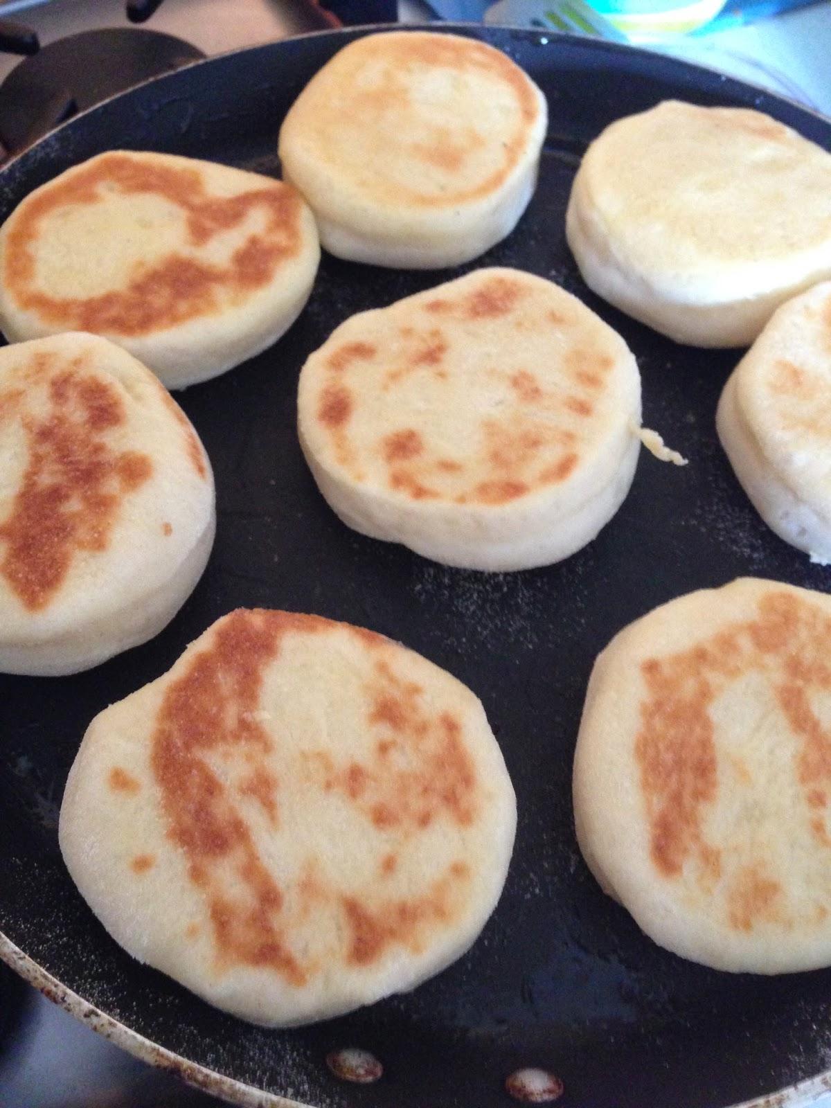uova in camicia su english muffin con crema al gorgonzola, rucola e tartufo bianchetto