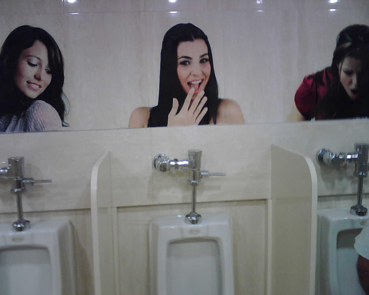 Imagenes De Letreros Baños:Clooking: ¿Se espían los hombres cuando orinan en un baño público?