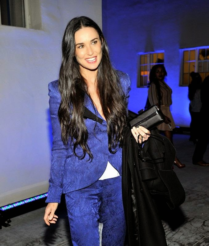 We can't get enough of Demi Moore's coquettish, dream style! Even, it's just a one day.  The details are always earn points in our style book and here, the actress has mixed her diamond appearance in a blue suits on live orchestra at Los Angeles on Friday, December 5, 214.