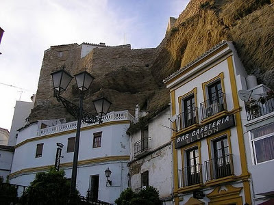 Bangunan Diantara Batu Karang