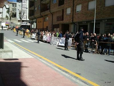Protestas ciudadanas frene al hospital , con presencia policial