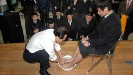 المعلمون يغسلون اقدام التلاميذ كوريا
