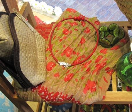 Fular flores rojas y gargantilla roja