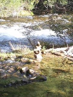 Totem de pierre dans la rivière