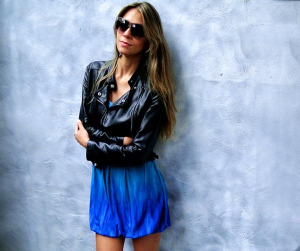 look-do-dia-com-vestido-azul-e-jaqueta-de-couro