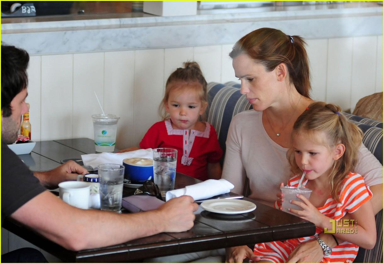 http://4.bp.blogspot.com/-NimLXvfBsQE/ThIHidejSvI/AAAAAAAANWo/yGzX63BsK4Q/s1600/jennifer-garner-ben-affleck-family-breakfast-12.jpg