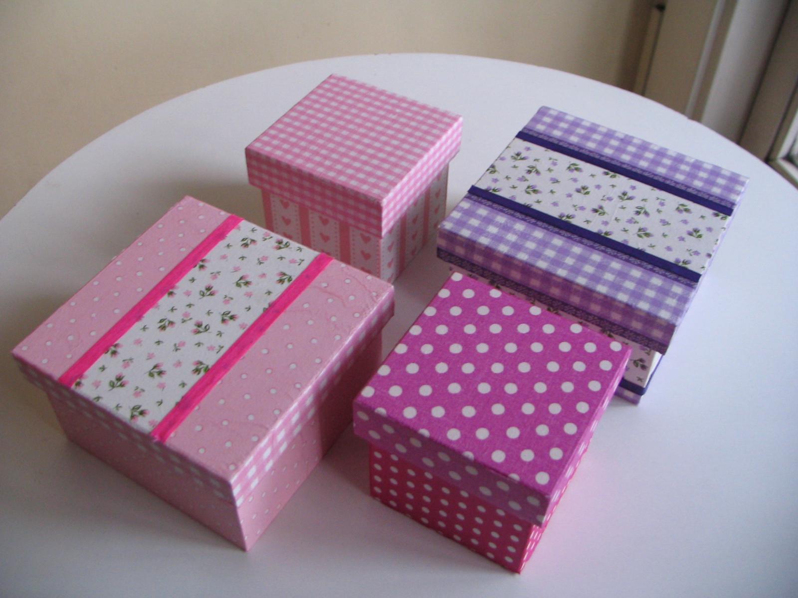 cajas de madera de distintos tamaos decoradas con papel de decoupage y cintas de colores