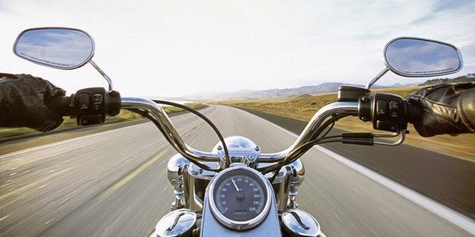 Aksi nekad mengendarai motor sambil telanjang