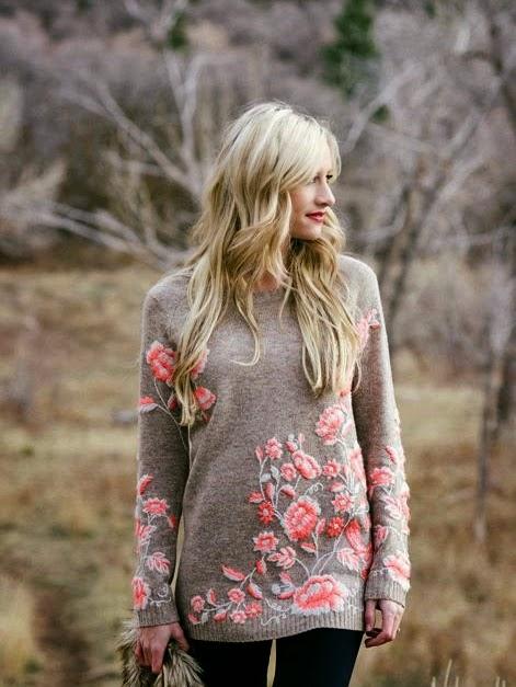 haftowane kwiaty na swetrze