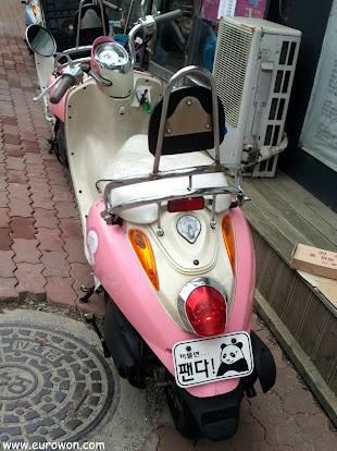 Moto coreana con matrícula de oso panda