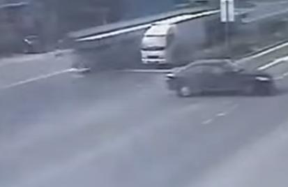 La destructiva frenada de un camión