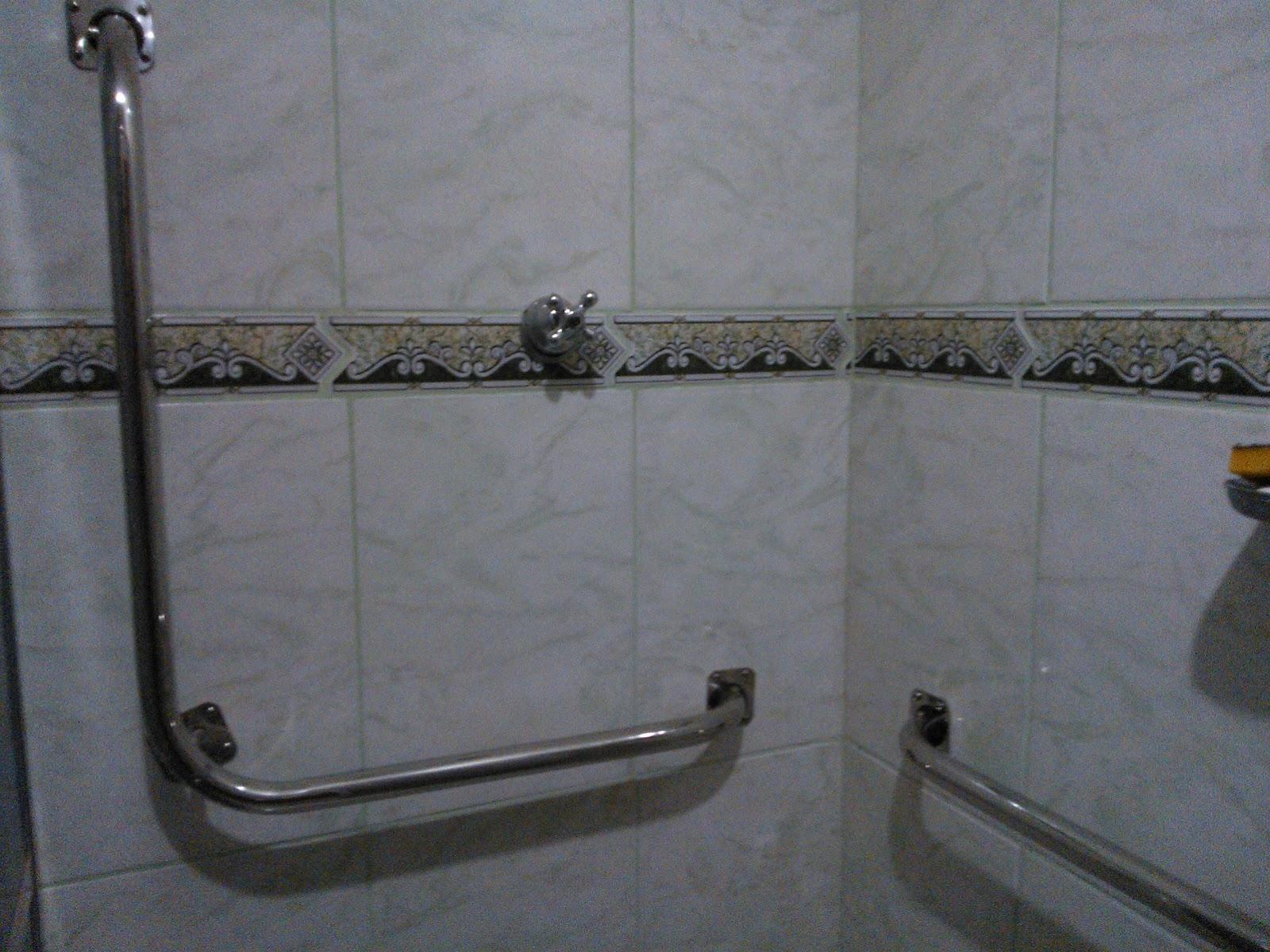 Imagens de #5B5144 Adaptação de banheiro para idoso executado em Março 2013 barras  1600x1200 px 3574 Barras Banheiro Idosos