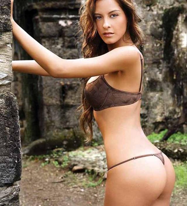 Angie se quita la ropa de forma muy sexy hasta quedar completamente desnuda - 1 6