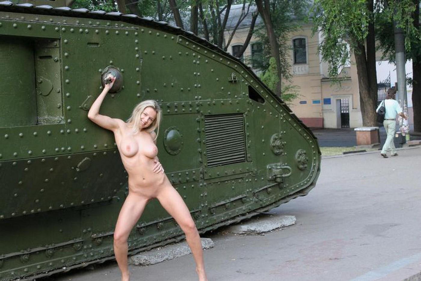 Прохожие смотрят секс на улице 19 фотография
