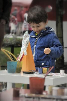 zabawy dzieciece - malowanie krasnalowej czapeczki