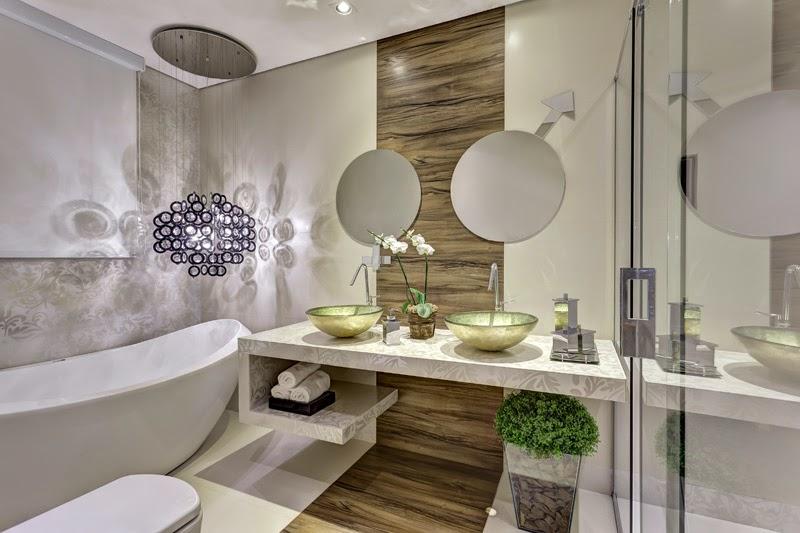 decoracao em lavabos:faixa com porcelanato madeira divide a bancada do vaso e da banheira