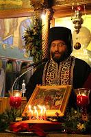 """Συγκλονιστικές αποκαλύψεις για όσα συμβαίνουν στο δημοτικό νεκροταφείο έχει κάνει στην εφημερίδα """"Νότια Προάστια"""" ο ιερατικός προϊστάμενος της Αγίας Μαρίνας, ο πατέρας Σεραφείμ Δημητρίου ο οποίος εγκάλεσε τον δήμαρχο Βασίλη Βαλασόπουλο για το θέμα της διαχείρισης του παγκαριού του ιερού ναού του νεκροταφείου. Όπως λέει ο πατέρας Σεραφείμ Δημητρίου το παγκάρι του κοιμητηρίου πρέπει να έχει τουλάχιστον δεκαπλάσια έσοδα από των άλλων Ναών και με βάση τον Νόμο 590/77 η διαχείρισή του πρέπει να ελέγχεται από δημόσιο φορέα την Επιτροπή κοσμητείας του κοιμητηρίου."""