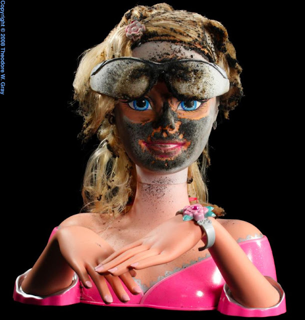 Dumme Barbie huskede dog at bruge sikkerhedsbriller før hun tændte sit fyrværkeri