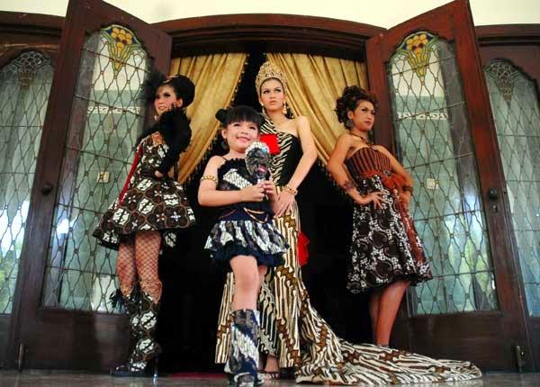 http://tvonlinesow.blogspot.com/2014/10/fashion-kain-batik-menembus-pasar-dunia.html