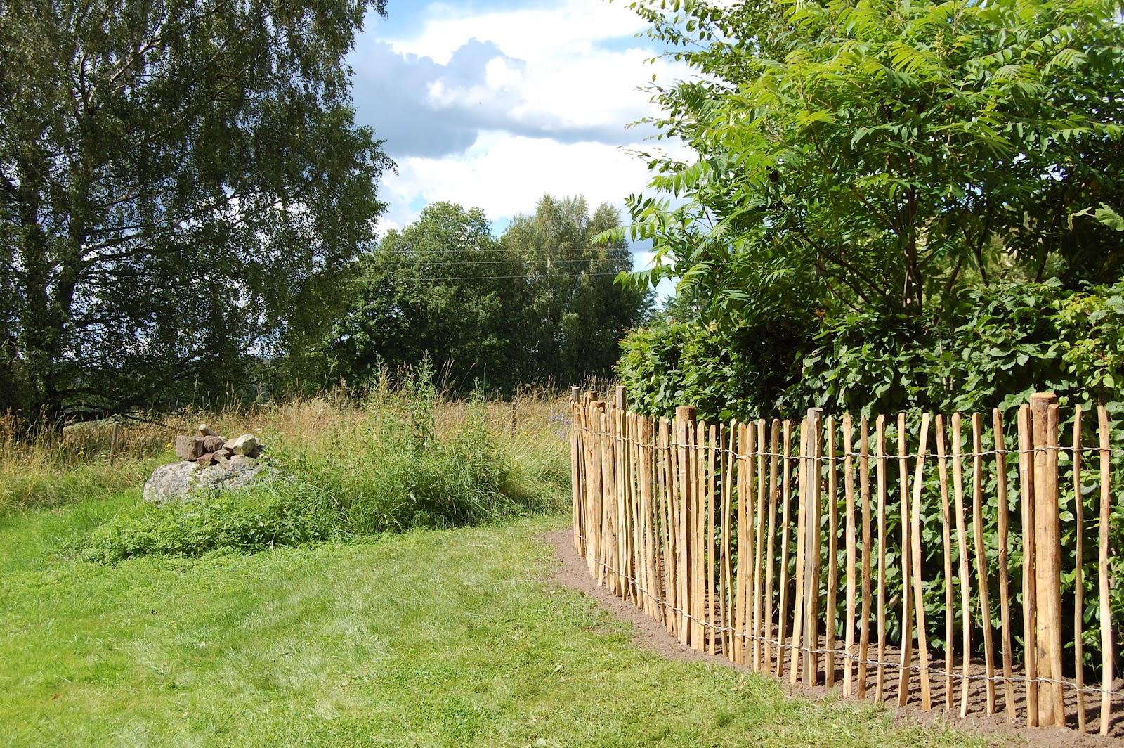 M/s design trädgård och keramik: staketet på plats...