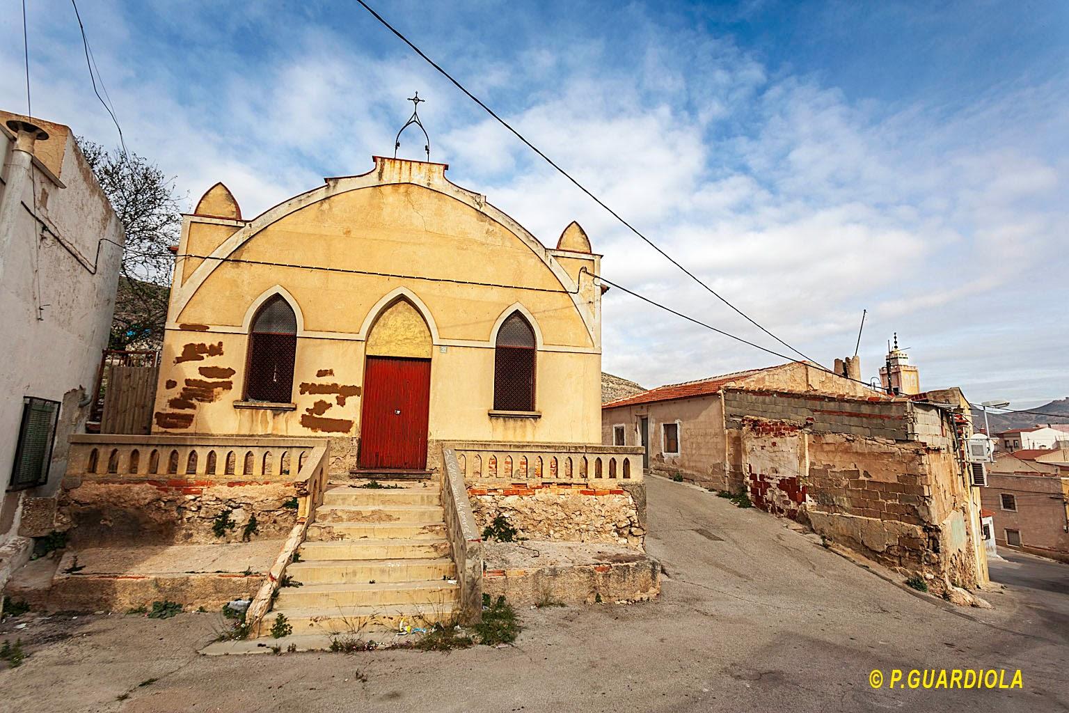 Sobre la casa en ruinas aparece el minarete de la mezquita