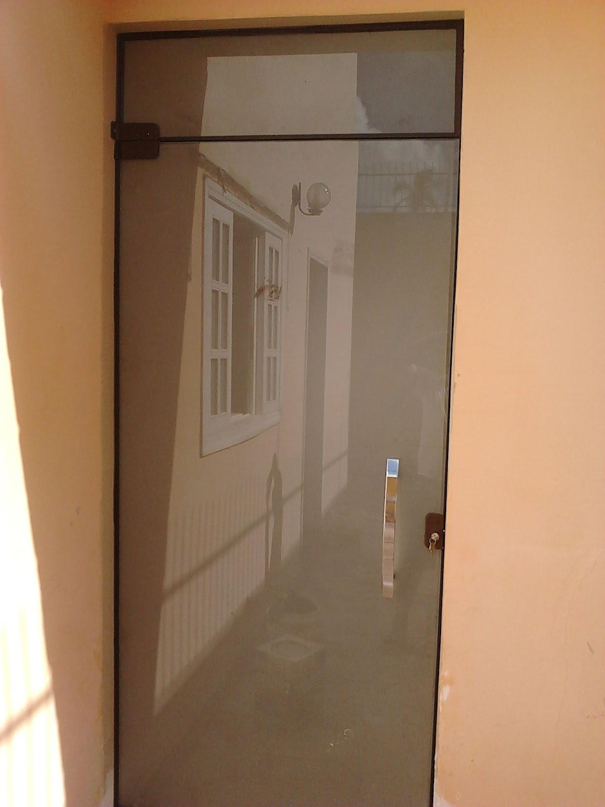 #BEA30D Porta Incolor com seu vidro jateado vista do lado de fora e dentro. 496 Janelas E Portas De Aluminio Em Juiz De Fora