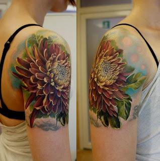 tatuagens femininas na parte externa do braço desenho flor