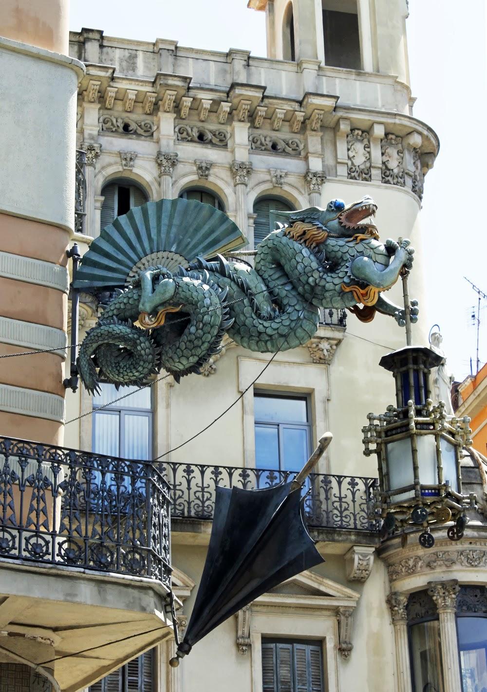 Am dolce vita barcelona gaudi 39 s dragon - Art deco barcelona ...