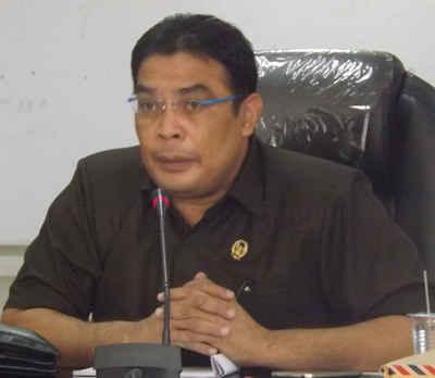 Wakil Ketua DPRD Maluku, Richard Rahakbauw, mendesak Gubernur Maluku Said Assagaff untuk mencopot Direktur RSUD Haulussy Ambon.