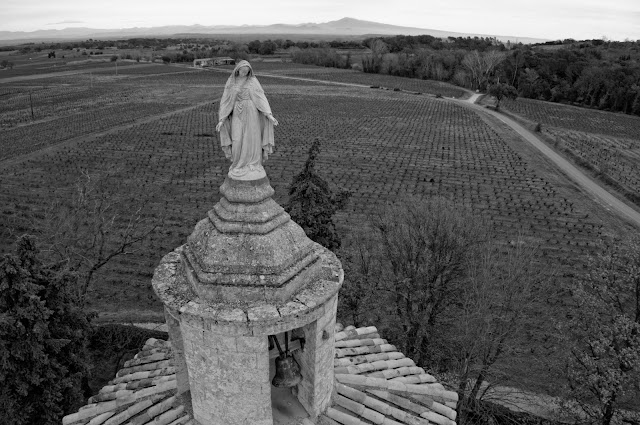 Ermitage de Saint Mayran avec le mont Ventoux