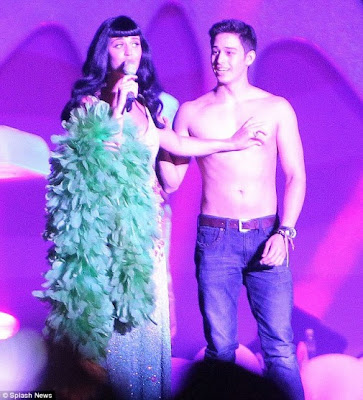 Katy Perry squeezed Ivan's Nipple