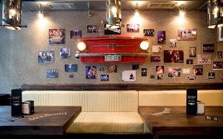 Рок Бар RockIT - зала Jimi Hendrix, декорация кола излизаща от стената