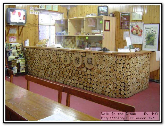 合歡山莊服務台有很多很多泡麵!