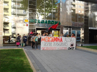 """http://www.facebook.com/pages/Anarquistas/378066755607147 Mercadona despide a nueve trabajadoras en Haro  mercadona-salamanca      Una veintena de compañeros, compañeras y simpatizantes del Sindicato de Oficios Varios de Salamanca (CNT-AIT) nos hemos concentrado a la puerta del supermercado que Mercadona tiene en la Avenida Villamayor para pedir la readmisión de las nueve trabajadoras despedidas en Haro (La Rioja) y apoyar el conflicto que CNT mantiene contra esta empresa y que se está extendiendo en el centro de trabajo de Haro.     Hace unas semanas, la dirección de Mercadona decidió cambiar el turno a varias trabajadoras. A los pocos días, acuso a tres de estas trabajadoras y otras seis que ya estaban anteriormente en este mismo turno de """"conformar una banda organizada para robar en el supermercado"""". Mercadona despedía de esta forma, ahorrándose miles de euros, a nueve trabajadoras.     Todas ellas tenían varios años de antigüedad por lo que, debido a la política de Mercadona, tenían sueldos ligeramente mayores a los de trabajadores con menos tiempo en la empresa. Estos puestos de trabajo han sido cubiertos por trabajadoras que prestaban sus servicios en Miranda de Ebro (Burgos), por lo que se ha desvelado que la estrategia de esta mafia era eliminar varios puestos de trabajo de forma totalmente gratuita, a la vez que reducía los costes laborales producidos por la plantilla con mayor antigüedad.     Los compañeros de Miranda de Ebro y de Logroño habían realizado ya diferentes actos en la localidad de Haro para informar del conflicto y exigir la readmisión de las trabajadoras en su puesto de trabajo. Para este día, 25 de mayo, habían organizado una manifestación que recorriera las calles de la localidad riojana, a la vez que habían solicitado la solidaridad del resto de Sindicatos de la Confederación Nacional del Trabajo.  El SOV de Salamanca (CNT-AIT), como no podía ser de otro modo, se solidariza con las trabajadoras y apoyará en todo cuanto consideren los compa"""