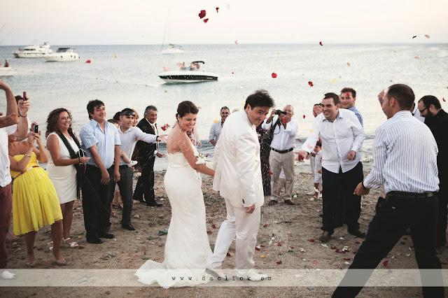 arroz y petalos en la orilla del mar - novios vestidos de blanco en tabarca