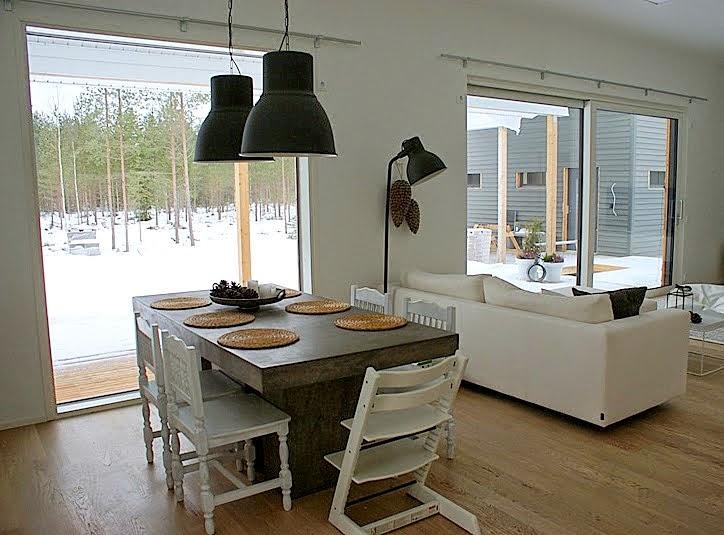 valkoinen sohva, betoni pöytä, iso ikkuna