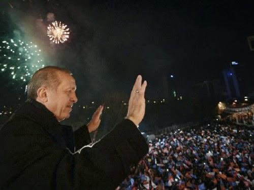 Erdogan saat merayakan kemenangan bersama pendukungnya