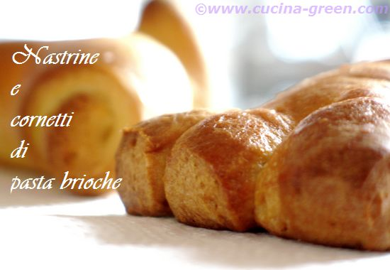Nastrine e cornetti di pasta brioche in macchina del pane