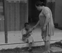 Malangnya Bocah 8 Tahun,Terpaksa Mengemis Karena Ibu Sakit Jiwa