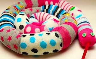 http://www.aprenderahacer.com/como-hacer-una-serpiente-con-calcetines/