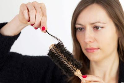 9 Cara Mudah Mengatasi Rambut Rontok Secara Alami