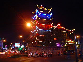 Pagode na noite. Ho Chi Minh City. Vietnã